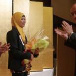 ヘスティさんへ田村会長から花束贈呈